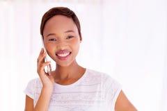 Frau, die intelligentes Telefon spricht Lizenzfreie Stockbilder