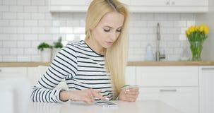 Frau, die Internet-Kauf abschließt Lizenzfreies Stockfoto