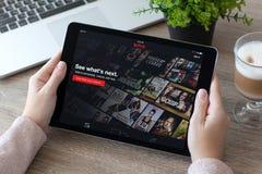 Frau, die iPad graue multinationale Unterhaltung Co Proraumes hält Stockfotos