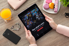 Frau, die iPad Proraum grau mit Netz des multinationalen Konzerns hält Stockfoto