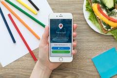 Frau, die iPhone mit dem Kundenlive - video strömt Periskop hält Stockfoto