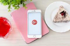 Frau, die iPhone6S Rose Gold mit Sozialeinrichtung Google plus hält Stockbilder