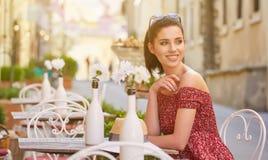 Frau, die italienischen Kaffee am Café auf der Straße in Toskana trinkt Stockbild