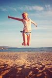 Frau, die am italienischen Strand sich entspannt Lizenzfreie Stockfotografie