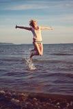 Frau, die am italienischen Strand sich entspannt Stockfotografie