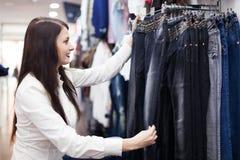 Frau, die Jeans wählt Lizenzfreie Stockbilder