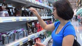 Frau, die jezve im Speicher wählt stock video footage