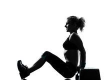 Frau, die Jobstepp Aerobics ausübt Lizenzfreie Stockfotografie