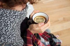 Frau, die Kälte erhielt Lizenzfreies Stockfoto