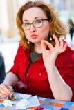 Frau, die köstlichen Mohnblumenpfannkuchen isst stockbilder