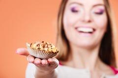 Frau, die köstlichen süßen kleinen Kuchen hält gluttony lizenzfreies stockfoto