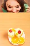 Frau, die köstlichen süßen Kuchen betrachtet gluttony stockfotografie