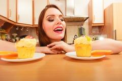 Frau, die köstlichen süßen Kuchen betrachtet gluttony stockbilder