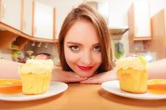 Frau, die köstlichen süßen Kuchen betrachtet gluttony lizenzfreie stockbilder