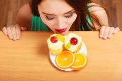 Frau, die köstlichen süßen Kuchen betrachtet gluttony lizenzfreie stockfotos