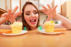 Frau, die köstlichen süßen Kuchen ergreift gluttony Lizenzfreie Stockfotos