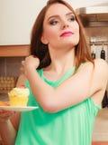Frau, die köstlichen süßen Kuchen hält gluttony stockfoto