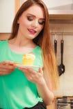 Frau, die köstlichen süßen Kuchen hält gluttony stockfotos