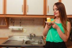 Frau, die köstlichen süßen Kuchen isst gluttony stockbilder