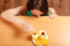 Frau, die köstlichen süßen Kuchen isst gluttony lizenzfreie stockfotografie