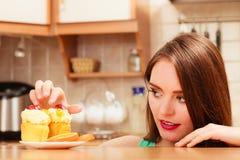 Frau, die köstlichen süßen Kuchen isst gluttony stockfotos