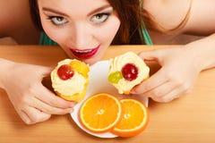Frau, die köstlichen süßen Kuchen nimmt gluttony lizenzfreie stockbilder