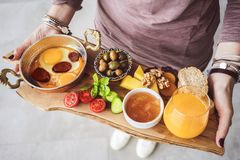 Frau, die köstliches traditionelles türkisches Frühstück auf Schneidebrett trägt lizenzfreies stockbild