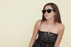 Frau, die kühle Sonnenbrillen trägt Stockfotos