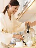 Frau, die Kaffee bildet Lizenzfreies Stockfoto