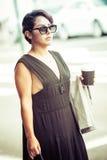 Frau, die Kaffee hält lizenzfreies stockfoto