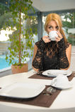 Frau, die Kaffee morgens trinkt Stockfotografie