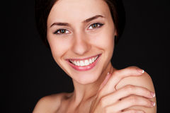 Frau, die Kamera und das Lächeln betrachtet Stockbilder