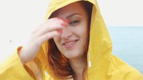 Frau, die Kamera und das Lächeln betrachtet stock video footage
