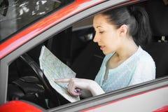 Frau, die Karte betrachtet Lizenzfreies Stockfoto