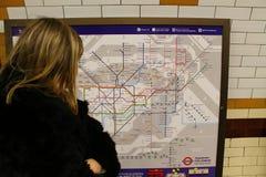 Frau, die Karte betrachtet lizenzfreie stockfotos