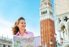 Frau, die Karte in Venedig betrachtet Lizenzfreie Stockfotografie