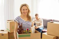Frau, die Kasten mit Gegenständen hält Lizenzfreies Stockbild