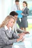 Frau, die Kenntnisse in einer Sitzung nimmt Stockfoto