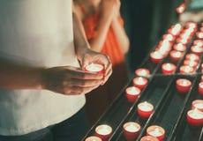 Frau, die Kerze hält lizenzfreie stockbilder