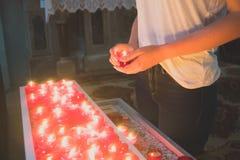 Frau, die Kerze hält stockfotos