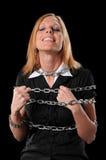 Frau, die Ketten bricht lizenzfreies stockfoto