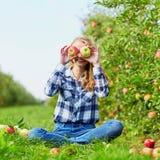 Frau, die Kiste mit reifen roten Äpfeln auf Bauernhof hält Lizenzfreie Stockfotografie