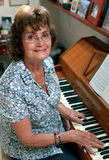 Frau, die Klavier spielt Lizenzfreie Stockfotografie