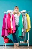 Frau, die Kleidung beschließt, um im Mall oder in der Garderobe zu tragen Stockbild