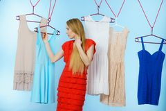 Frau, die Kleidung im Shop wählt Stockfotos