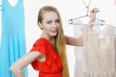 Frau, die Kleidung im Shop wählt Lizenzfreies Stockbild