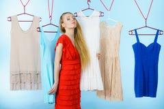 Frau, die Kleidung im Shop wählt Lizenzfreie Stockfotografie