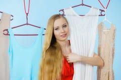 Frau, die Kleidung im Shop wählt Stockbilder