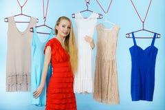 Frau, die Kleidung im Shop wählt Lizenzfreie Stockbilder