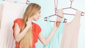 Frau, die Kleidung im Shop wählt Stockbild